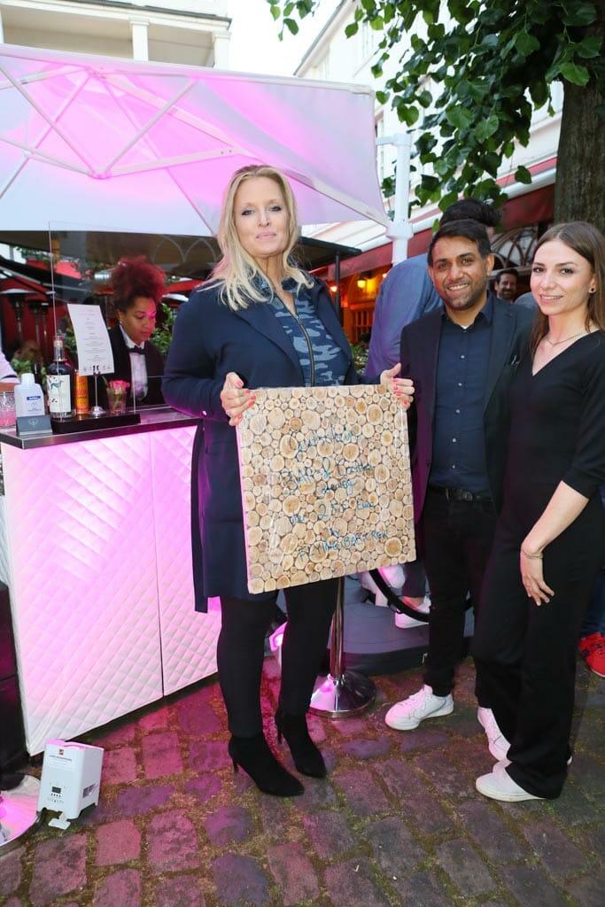 Herzogin Rixa von Oldenburg mit Ashley Wick und Louisa Burmeister von der Flying Bar Crew und dem Gutschein(c) Petersen Relations.JPG