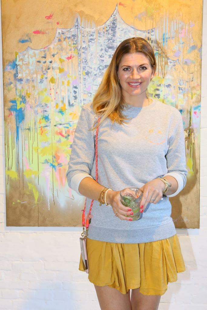 Moderatorin Nina Bott vor einem Kunstwerk von Juliane Golbs (c) Petersen Relations.JPG
